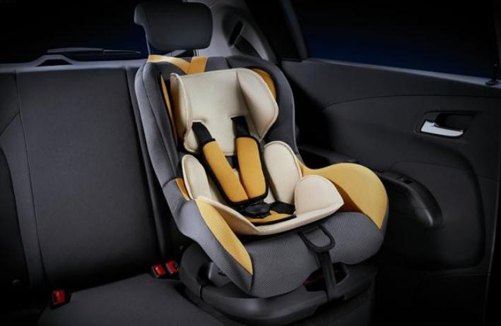 随着人们安全意识的提高,儿童安全座椅正被越来越多家庭使用。那么这些动辄上千元甚至几千元的安全座椅,究竟有多安全?前日,中国汽车研究中心在天津发布了2015年度第二批车用儿童约束系统评选结果,结果让人忧心。 在此次测试的18个(13个国产,5个进口)品牌35款产品中,获得优秀评级的只有2款,一般评级的20款,有13款产品几乎不能为乘车儿童提供应有的保护,其评价结果为不推荐,其中个别产品的单项评分为零,存在较大问题和严重安全隐患。 根据方便性能及碰撞安全性能进行评价 前日,中国汽车研究中心在天津发布了2